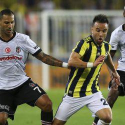 Süper Lig'in 6. haftasında Fenerbahçe ile Beşiktaş, Ülker Stadı'nda karşılaştı. Bir pozisyonda Fenerbahçeli futbolcu Mathieu Valbuena (ortada) ile Beşiktaşlı Quaresma (7) mücadele etti. ( Emrah Yorulmaz - Anadolu Ajansı )