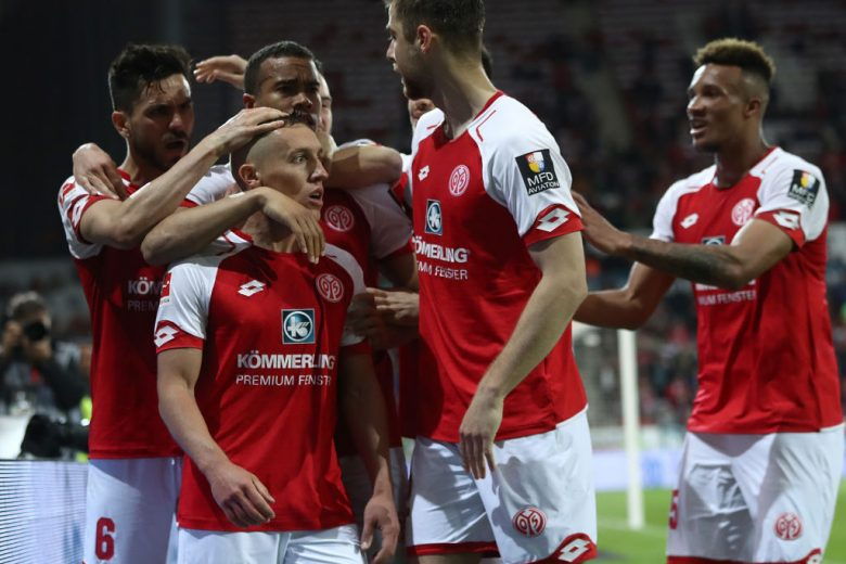 MAINZ, GERMANY - APRIL 16:  Pablo de Blasis of Mainz celebrates scoring the penalty goal with teamates during the Bundesliga match between 1. FSV Mainz 05 and Sport-Club Freiburg at Opel Arena on April 16, 2018 in Mainz, Germany.  (Photo by Alex Grimm/Bongarts/Getty Images)